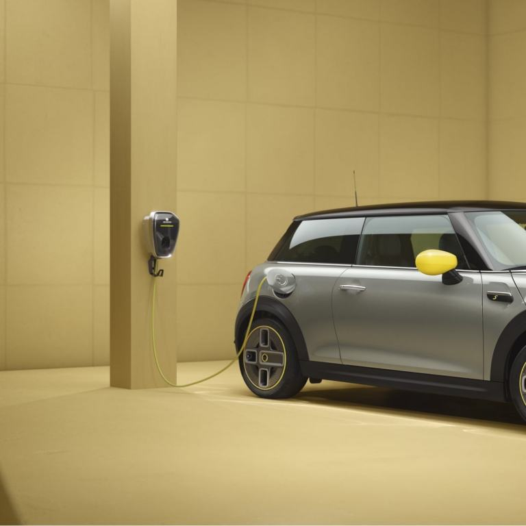 MINI Cooper SE cu 3 uşi – MINI pur electric – Imagine din partea laterală, argintiu