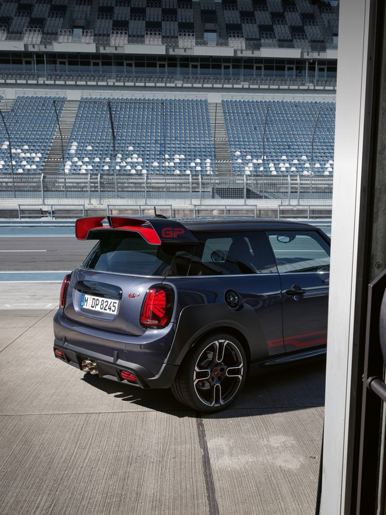 MINI John Cooper Works GP – gri şi roşu – imagine din lateral